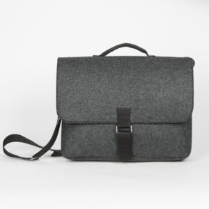 Laptoptasche in Grau mit Tragegurt aus Up-Cycling Filz
